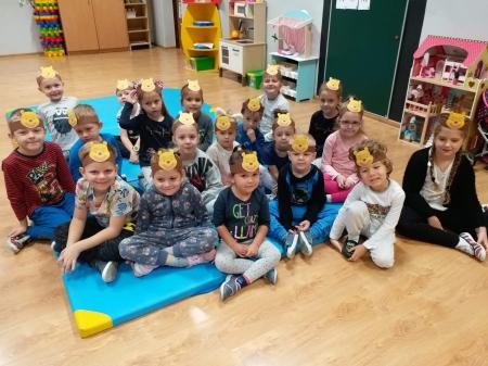 Przedszkolaki świętują urodziny Kubusia Puchatka